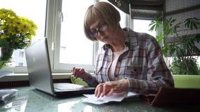 Uma única mulher trabalha com seu computador video estoque