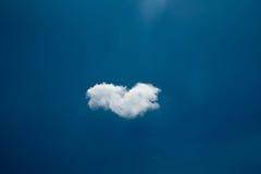 Uma única nuvem no céu azul Imagens de Stock