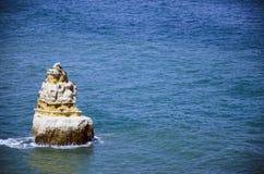 uma única pedra em Oceano Atlântico Fotografia de Stock