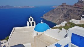 Uma abóbada azul acima do mar em SAntorini, Grécia fotos de stock royalty free