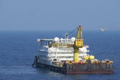Uma acomodação e um trabalho a pouca distância do mar típicos barge dentro a indústria de petróleo e gás fotografia de stock