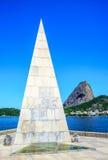 Uma agulha pirâmide-dada forma de pedra que aumenta da terra, Estacio de Foto de Stock Royalty Free