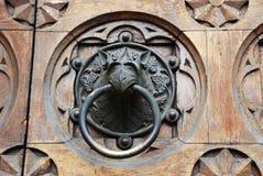 Uma aldrava de porta antiga em Itália foto de stock