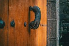 Uma aldrava velha do metal dada forma como uma mão imagem de stock