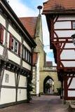 Uma aleia estreita ao lado da igreja em Saulgau mau, Alemanha Fotos de Stock