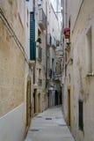 Uma aleia estreita em Monopoli, Puglia, Itália fotos de stock royalty free