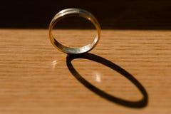 Uma aliança de casamento na luz solar Imagens de Stock