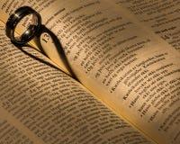 Uma aliança de casamento em uma Bíblia Fotografia de Stock Royalty Free
