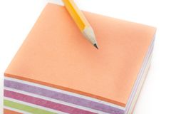Uma almofada de nota colorida com um lápis Foto de Stock