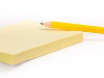 Uma almofada do post-it e um lápis #2 Fotografia de Stock Royalty Free