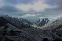 Uma altura coberto de neve de Rakaposhi da montanha de 13000 ft e de geleira de Minapin com as nuvens no céu Imagem de Stock