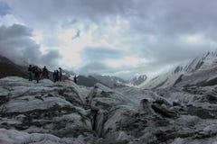 Uma altura coberto de neve de Rakaposhi da montanha de 13000 ft e de geleira de Minapin com as nuvens no céu Imagens de Stock