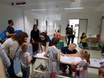 Uma ambulância da peluche para as crianças e seus brinquedos Fotos de Stock Royalty Free