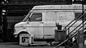 Uma ambulância velha estacionada na frente de uma construção velha imagens de stock royalty free