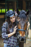 Uma amizade entre a menina e o cavalo Fotos de Stock Royalty Free