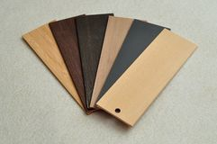 Uma amostra de folha com cores diferentes de cortinas de madeira Imagem de Stock Royalty Free