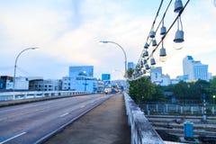 Uma ampola bonita na cruz da ponte a estrada de ferro Fotografia de Stock Royalty Free