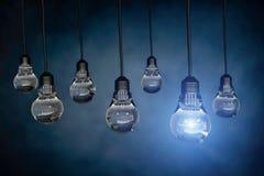 Uma ampola que está para fora de outros bulbos, rendição 3d Imagem de Stock Royalty Free