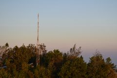 Uma antena do telefone no monte fotos de stock