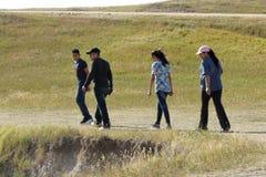 Uma apreciação da família da caminhada no ermo parque nacional, South Dakota imagem de stock
