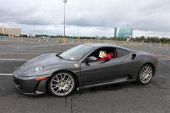 Uma aranha de Ferrari F430 no cinza foto de stock