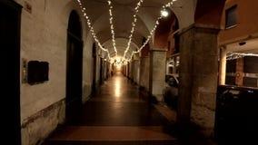Uma arcada histórica durante o tempo do Natal na noite video estoque