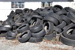 Uma armazenagem de pneus rejeitados usados Fotos de Stock Royalty Free