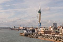 Uma arquitetura da cidade do estaleiro histórico de Portsmouth com a torre da vela de fortuna de 170 medidores imagens de stock