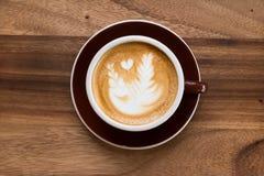 Uma arte do café do Latte na mesa de madeira Fotos de Stock Royalty Free