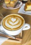 Uma arte quente do café do Latte no copo branco Fotografia de Stock