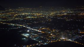 Uma asa plana O plano voa sobre a cidade da noite Incêndios da cidade da noite Vista de uma janela do passageiro do video estoque