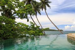 Uma associação tropical infinita do fluxo da borda sobre a vista das praias de Galle - Sri Lanka imagens de stock royalty free