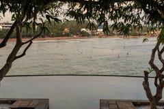 Uma associação tropical infinita do fluxo da borda sobre a vista das praias de Galle - Sri Lanka imagem de stock royalty free