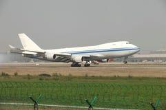 Uma aterrissagem da carga de Boeing 747 na pista de decolagem Imagens de Stock