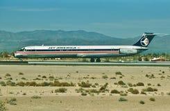 Uma aterrissagem de McDonnell Douglas MD-82 das linhas aéreas de América do jato no aeroporto do porto do céu de Phoenix após um  Imagem de Stock Royalty Free
