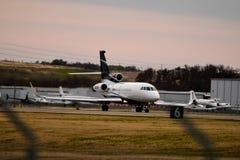 Uma aterrissagem privada do falcão 900EX fotografia de stock royalty free
