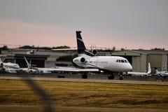 Uma aterrissagem privada do falcão 900EX imagens de stock royalty free
