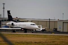 Uma aterrissagem privada do falcão 900EX fotos de stock