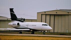 Uma aterrissagem privada do falcão 900EX imagens de stock