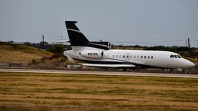 Uma aterrissagem privada do falcão 900EX foto de stock royalty free
