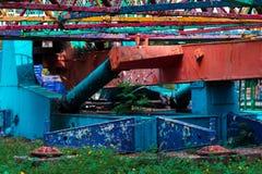 Uma atração esquecida antiga em um parque de diversões perdido A pintura rachada devido ao tempo Cores de Vibrance e atmosphe per fotos de stock