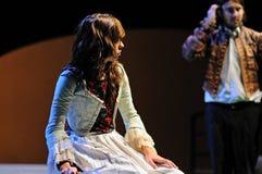 Uma atriz do instituto do teatro de Barcelona, peças na comédia Shakespeare para executivos fotografia de stock royalty free