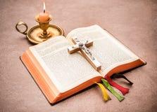 Uma Bíblia aberta em uma tabela Foto de Stock Royalty Free