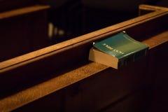 Uma Bíblia saiu em um banco na igreja de St James, Londres, Reino Unido imagens de stock royalty free