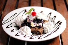 Uma bacia branca de brownie e de gelado Fotografia de Stock