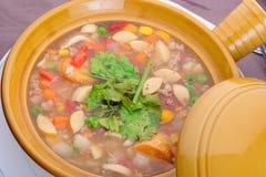 Uma bacia cerâmica em uma tabela com sopa chinesa Fotos de Stock Royalty Free