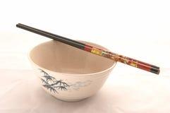 Uma bacia com Chopsticks bonitos Fotografia de Stock Royalty Free
