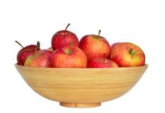 Uma bacia com a maçã vermelha fresca no fundo branco Fotos de Stock