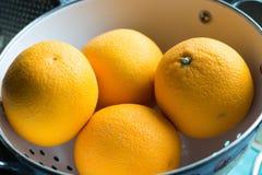 Uma bacia com um par laranjas Foto de Stock