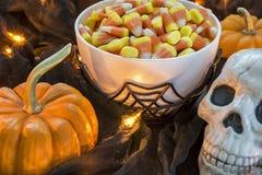 Uma bacia completamente de milho de doces de Dia das Bruxas em um ajuste assustador Fotos de Stock Royalty Free